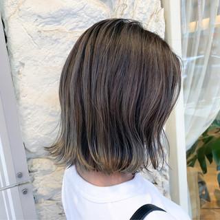 グレー ボブ ダブルカラー ストリート ヘアスタイルや髪型の写真・画像