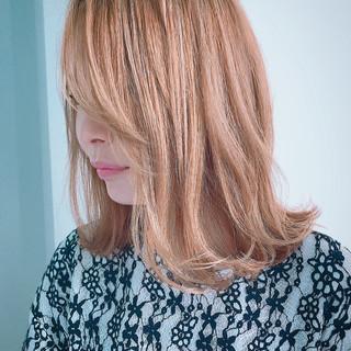 ゆるウェーブ ミディアム 透明感カラー 外ハネ ヘアスタイルや髪型の写真・画像
