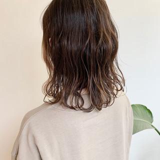 ヌーディーベージュ ナチュラルベージュ フェミニン セミロング ヘアスタイルや髪型の写真・画像