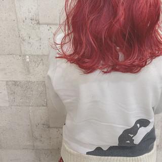 派手髪 ダブルカラー セミロング レッドカラー ヘアスタイルや髪型の写真・画像
