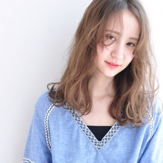 パーマ ミルクティー ニュアンス フリンジバング ヘアスタイルや髪型の写真・画像