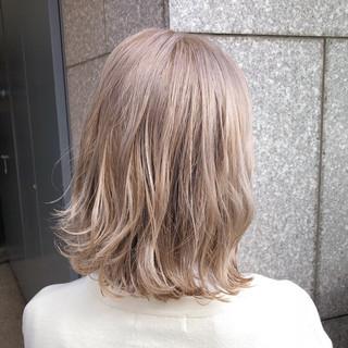 ハイトーン ナチュラル ミルクティーベージュ ベージュ ヘアスタイルや髪型の写真・画像
