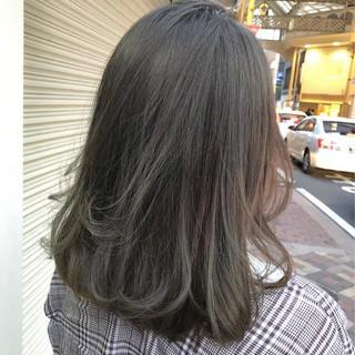 ミディアム グラデーションカラー ナチュラル アッシュグレージュ ヘアスタイルや髪型の写真・画像