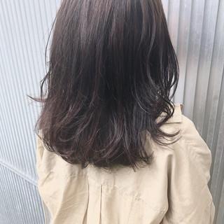 ミディアム ナチュラル フェミニン アッシュ ヘアスタイルや髪型の写真・画像