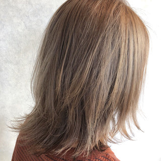ナチュラルベージュ ストリート ミルクティーベージュ ミディアム ヘアスタイルや髪型の写真・画像