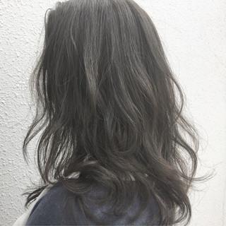 グレージュ セミロング ナチュラル オフィス ヘアスタイルや髪型の写真・画像