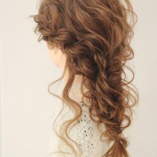 編み込み フェミニン 外国人風 フィッシュボーン ヘアスタイルや髪型の写真・画像 ヘアスタイルや髪型の写真・画像