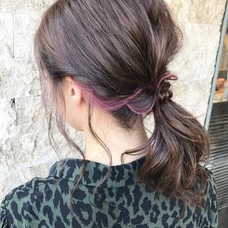 インナーカラー ベリーピンク ナチュラル ミディアム ヘアスタイルや髪型の写真・画像