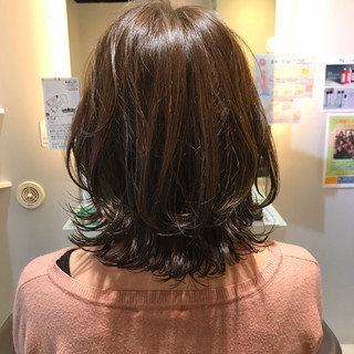 外ハネ ワンカールスタイリング ミディアム 切りっぱなしボブ ヘアスタイルや髪型の写真・画像
