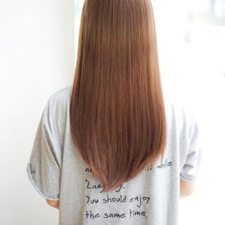 ストレート アッシュベージュ トリートメント ナチュラル ヘアスタイルや髪型の写真・画像