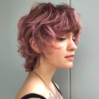 ピンクカラー ショートヘア ショート 外ハネ ヘアスタイルや髪型の写真・画像