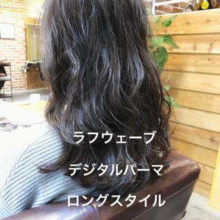 オフィス アンニュイほつれヘア パーマ デジタルパーマ ヘアスタイルや髪型の写真・画像