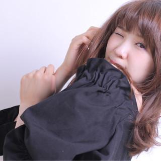 かわいい 斜め前髪 フェミニン ウェーブ ヘアスタイルや髪型の写真・画像