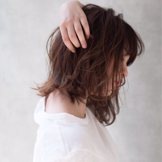 カーキアッシュ ボブ 外ハネ ウェーブ ヘアスタイルや髪型の写真・画像