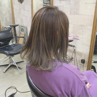 ダブルカラー ハイトーンカラー シルバーグレイ モード ヘアスタイルや髪型の写真・画像