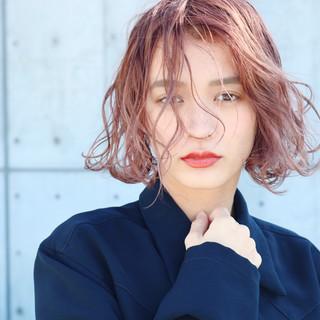 ピンクベージュ ピンクアッシュ ラベンダーピンク アンニュイほつれヘア ヘアスタイルや髪型の写真・画像