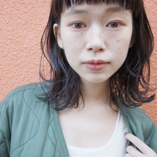 ミディアム 暗髪 パーマ ナチュラル ヘアスタイルや髪型の写真・画像