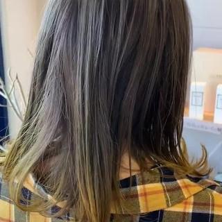 ミディアム 外ハネ ガーリー シルバー ヘアスタイルや髪型の写真・画像