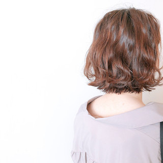 外ハネボブ アンニュイほつれヘア フェミニン 切りっぱなしボブ ヘアスタイルや髪型の写真・画像
