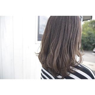 セミロング オリーブアッシュ ヘアアレンジ フェミニン ヘアスタイルや髪型の写真・画像