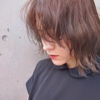 ミディアム ナチュラル ウルフカット 抜け感 ヘアスタイルや髪型の写真・画像
