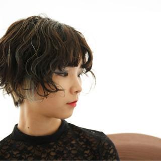 ショート パーマ インナーカラー 外ハネ ヘアスタイルや髪型の写真・画像