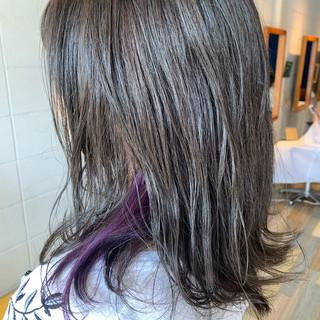 セミロング インナーカラー ストリート シルバー ヘアスタイルや髪型の写真・画像