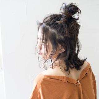 アンニュイほつれヘア ナチュラル ミディアム ハーフアップ ヘアスタイルや髪型の写真・画像