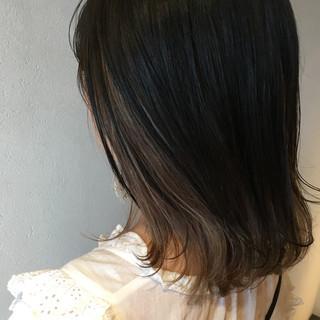 インナーカラー グレー アッシュグレージュ モード ヘアスタイルや髪型の写真・画像