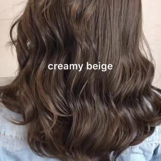 セミロング ミルクティーグレージュ ナチュラル ブリーチなし ヘアスタイルや髪型の写真・画像