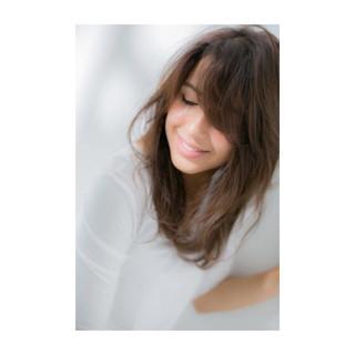 外国人風 くせ毛風 ミディアム アッシュ ヘアスタイルや髪型の写真・画像