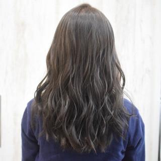 ミルクティーグレージュ アッシュグレージュ セミロング オリーブグレージュ ヘアスタイルや髪型の写真・画像