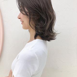 ミディアム アッシュベージュ 外ハネ 大人女子 ヘアスタイルや髪型の写真・画像