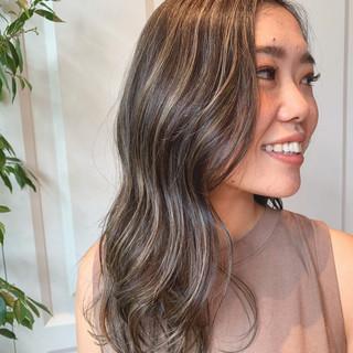 ツヤ髪 グレージュ 外国人風 エレガント ヘアスタイルや髪型の写真・画像
