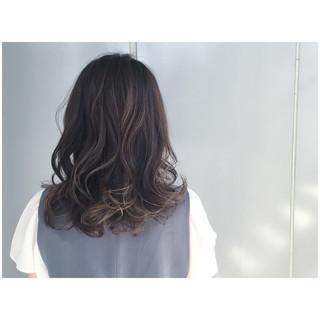 暗髪 グレージュ グレーアッシュ ミディアム ヘアスタイルや髪型の写真・画像