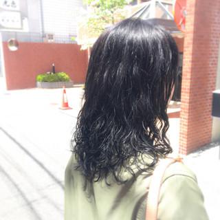 リラックス ナチュラル 暗髪 パーマ ヘアスタイルや髪型の写真・画像
