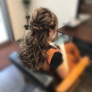 セミロング ねじり ハーフアップ ヘアアレンジ ヘアスタイルや髪型の写真・画像