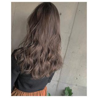 アッシュグレージュ デート コテ巻き ナチュラル ヘアスタイルや髪型の写真・画像 ヘアスタイルや髪型の写真・画像