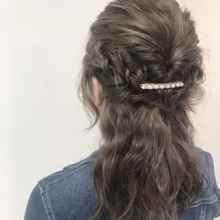 ミディアム 簡単ヘアアレンジ エレガント ミルクティーグレージュ ヘアスタイルや髪型の写真・画像