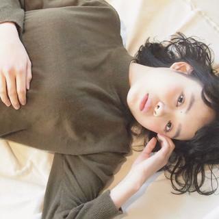 パーマ 暗髪 ウェットヘア ナチュラル ヘアスタイルや髪型の写真・画像