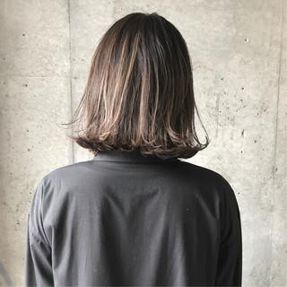 外ハネボブ グレージュ ボブ ブリーチカラー ヘアスタイルや髪型の写真・画像