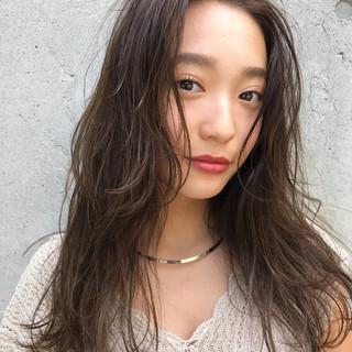 センターパート ベージュ 透明感 前髪あり ヘアスタイルや髪型の写真・画像
