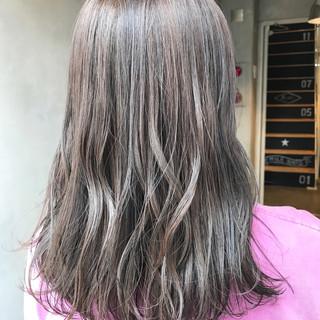 グレージュ アッシュグレージュ アンニュイ ウェーブ ヘアスタイルや髪型の写真・画像
