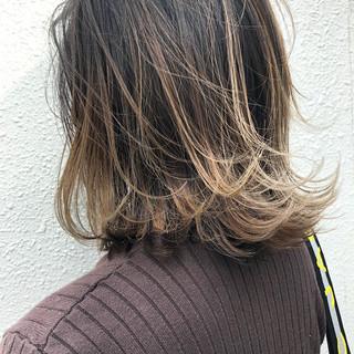 アッシュ バレイヤージュ 切りっぱなしボブ エレガント ヘアスタイルや髪型の写真・画像