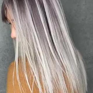 ミルクティー ロング バレイヤージュ インナーカラー ヘアスタイルや髪型の写真・画像