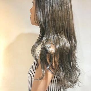 グレージュ アッシュグレージュ ハイライト ロング ヘアスタイルや髪型の写真・画像