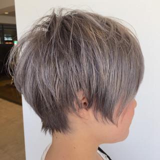 ショート シルバーアッシュ ストリート シルバー ヘアスタイルや髪型の写真・画像
