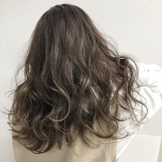 極細ハイライト ヘアアレンジ ナチュラル ミルクティーグレージュ ヘアスタイルや髪型の写真・画像