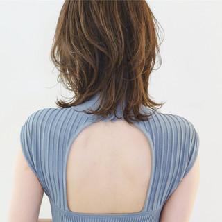 レイヤースタイル ミディアム フェミニン グレージュ ヘアスタイルや髪型の写真・画像