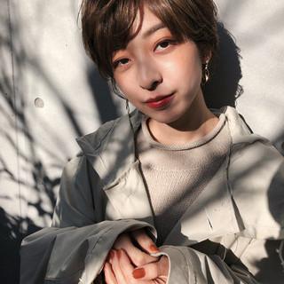 ミルクティーベージュ 色気 ショートヘア ナチュラル ヘアスタイルや髪型の写真・画像